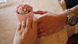 婚約した手